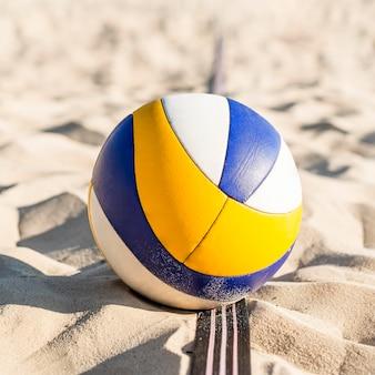 ビーチの砂の上のバレーボールのクローズアップ