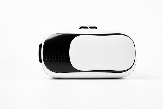 Close up of vr - это шлем для виртуальной реальности на белом фоне.