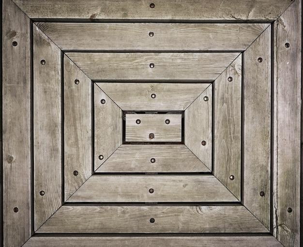 Закрыть стену из деревянных досок