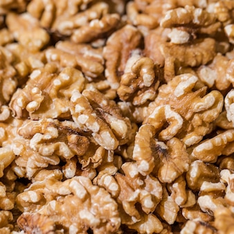 Крупный план грецких орехов на рынке
