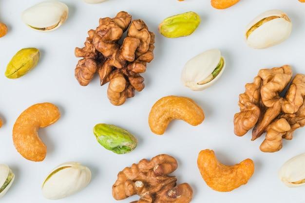 Крупным планом грецких орехов с фисташками