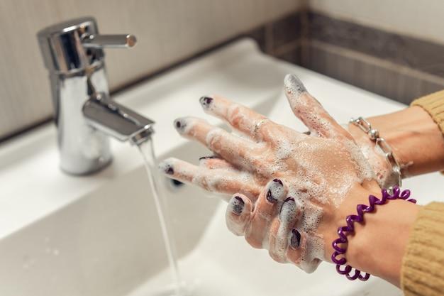 Крупный план мытья рук с мылом. профилактика бактерий и вирусов