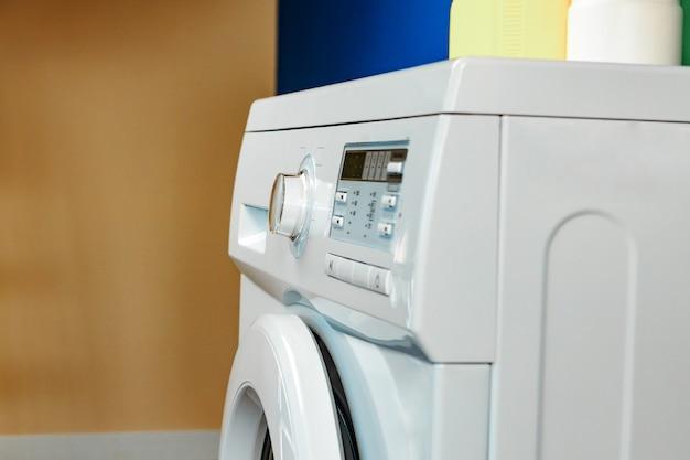 浴室の洗濯機のクローズアップ。