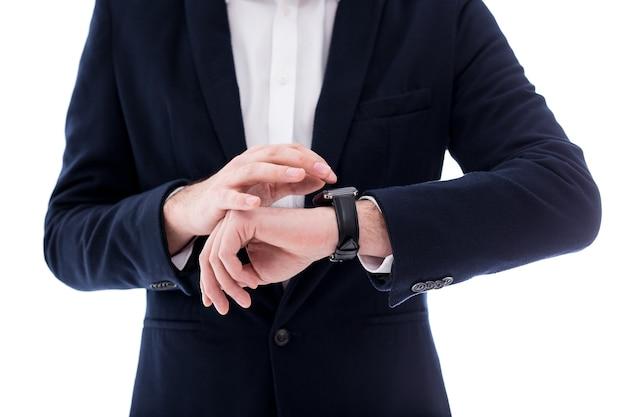 흰색 배경에 고립 된 남성 손목에 시계 닫습니다