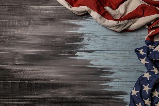 Крупным планом размахивая национальным американским флагом сша на деревянных фоне с копией пространства для текста.