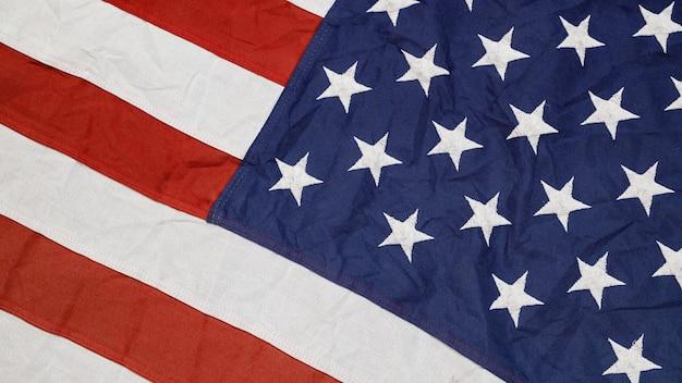 Крупным планом размахивая национальным американским флагом сша.