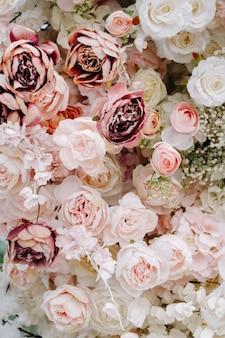 結婚式の花のクローズアップ。ピンクと白のバラの背景。