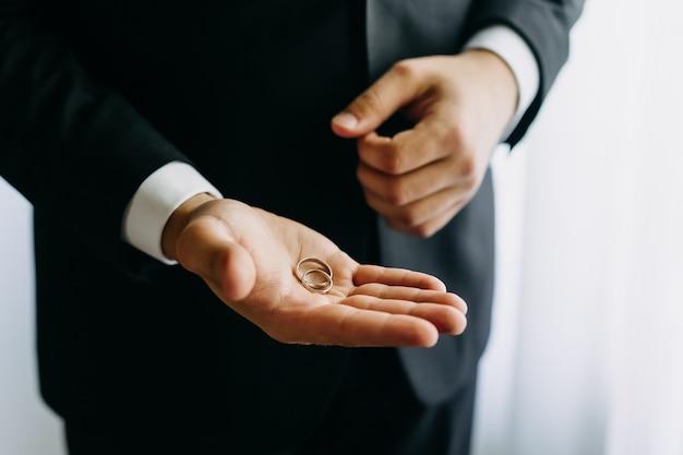 新郎の手のひらの結婚指輪のクローズアップ