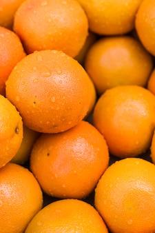 濡れたジューシーな熟したオレンジのクローズアップ