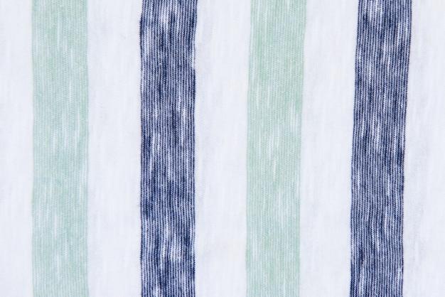 Заделывают белый и синий полосатый текстильный фон