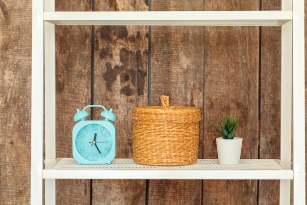 グランジの木製の壁に対して白い本棚のクローズアップ