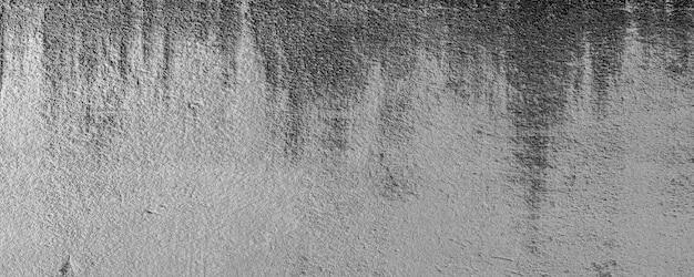 흰색 시멘트 균열 벽과 물과 햇빛으로 인한 벗겨진 페인트의 클로즈업. 검은 얼룩이 있는 백악관 페인트의 껍질 벽. 질감 배경의 흑인과 백인입니다. 3d 렌더링.