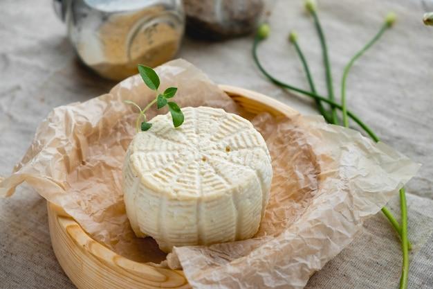 나무 보드에 흰색 치즈 닫습니다