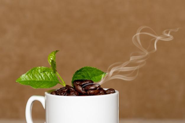 コーヒー豆でいっぱいの白いコーヒーカップのクローズアップ