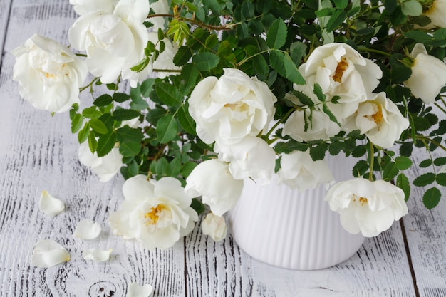 나무 테이블에 흰 꽃의 클로즈업.