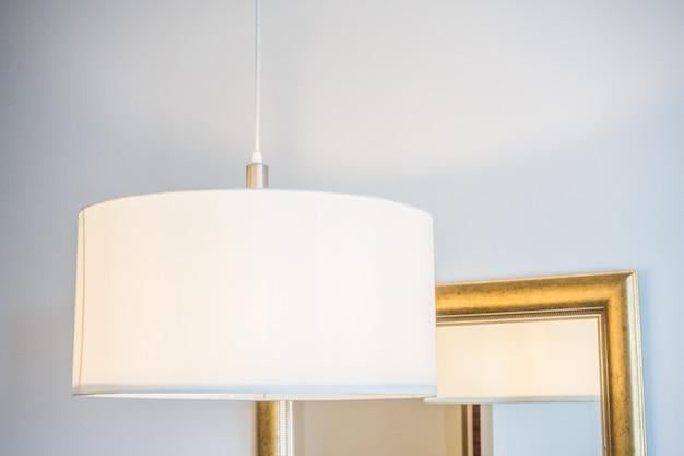 천장에 매달려 흰색 램프의 근접 촬영