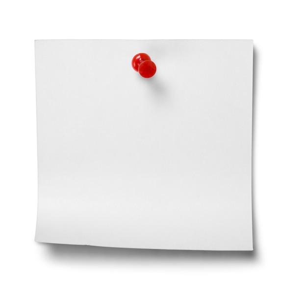Закройте белой бумаги для заметок на белом фоне с обтравочным контуром