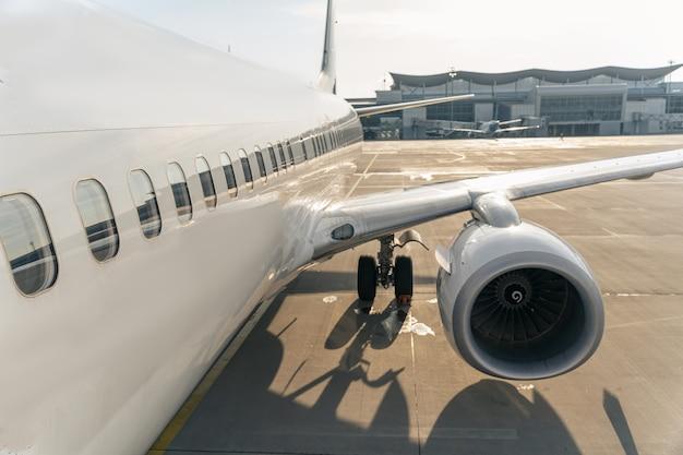 활주로에 흰색 비행기의 클로즈업