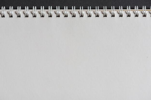白いスパイラルメモ帳のクローズアップ