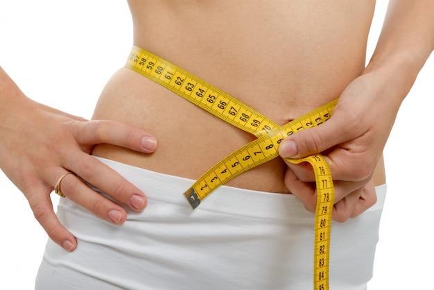 Крупным планом женского тела с ленты мера на талии