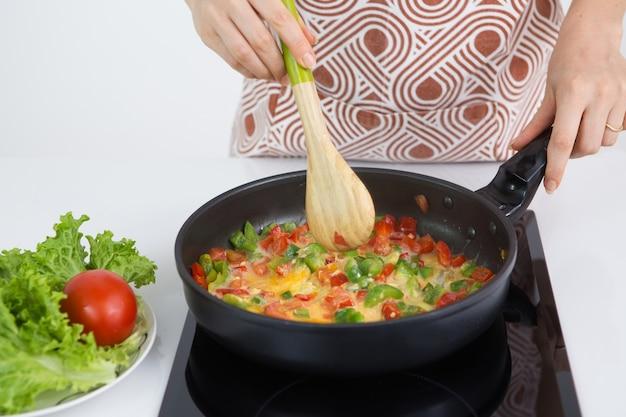 건강 한 아침 식사를 요리하는 여자의 근접 촬영