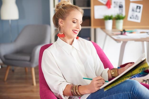 Крупным планом женщины, создающей в домашнем офисе