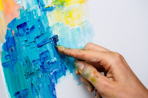 Крупным планом женщина, рисование масляными красками на холсте