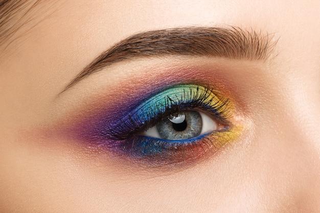 Крупный план женских глаз с красивым красочным макияжем