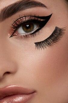 Крупный план женских глаз с сексуальным макияжем и идеальными бровями