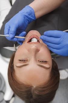 Крупным планом женщины получают стоматологическое обследование