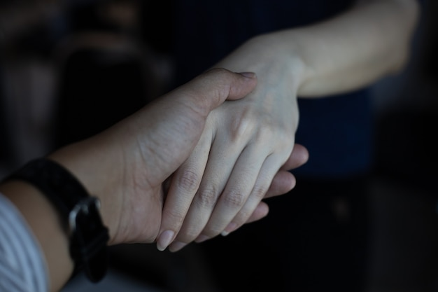 함께 그녀의 친구의 손바닥을 들고 여자 손의 닫습니다