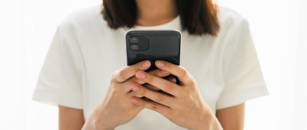 Крупный план женщины, держащей смартфон и использующей социальные сети