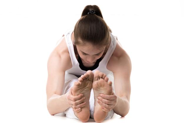 Крупным планом женщина держит ее ноги