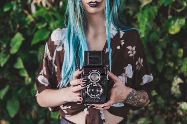 빈티지 오래 된 카메라를 들고 여자의 근접 촬영
