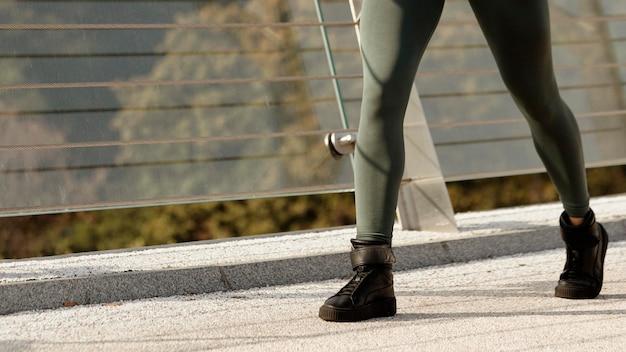 Крупный план женщины в спортивной одежде
