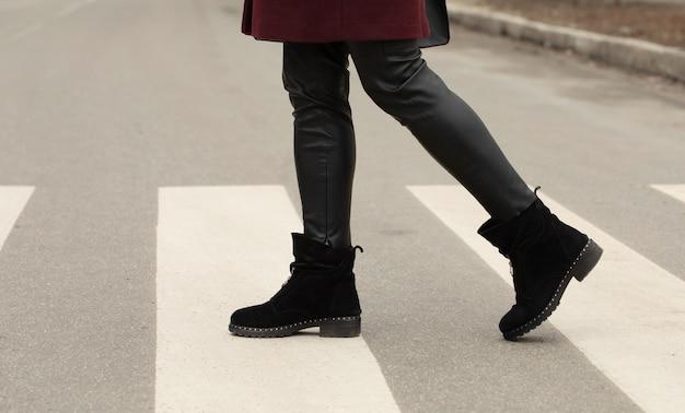 Закрыть ноги женщины, ходить по пешеходному переходу.