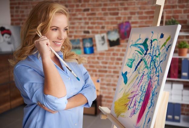 イーゼルに絵を描く女性のクローズアップ