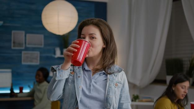 맥주를 마시는 동안 카메라를 찾고 여자 초상화의 클로즈업