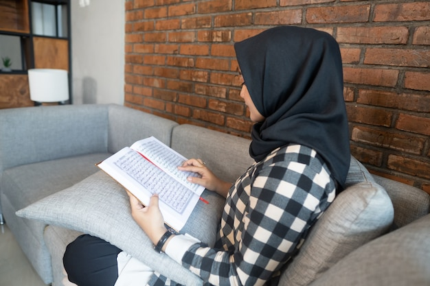 コーランを読んでいる女性のクローズアップ