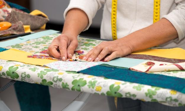 Крупным планом женского ручного шитья пэчворк