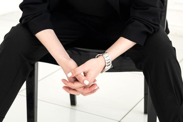 자물쇠에 푹 여자의 손을 클로즈업합니다