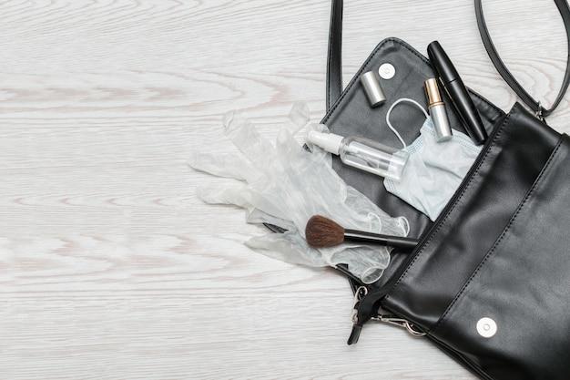 항균 손 소독제로 여성의 지갑 닫습니다 프리미엄 사진