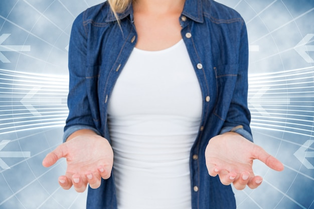 矢印の背景と手を示す女性のクローズアップ