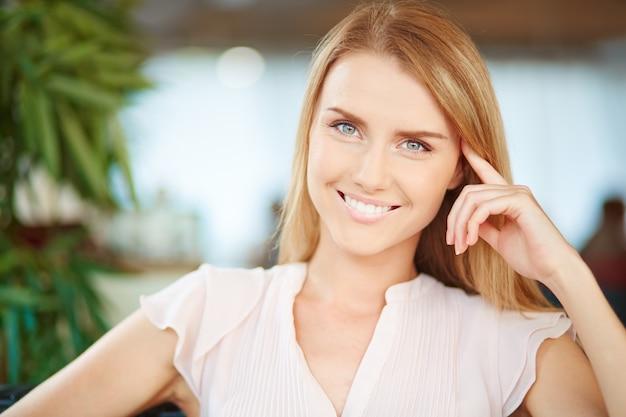 Крупным планом женщина улыбается