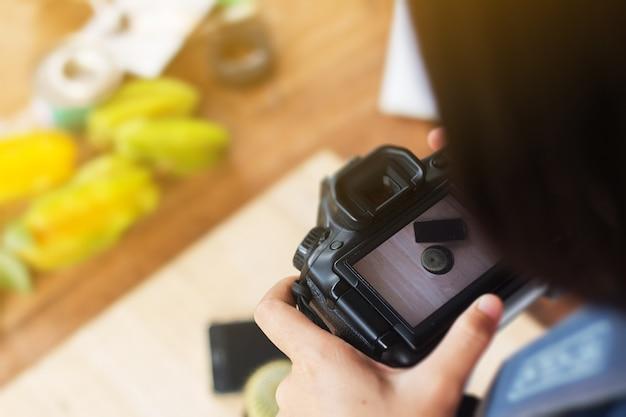 Dslrカメラで女性が撮った写真を閉じます。
