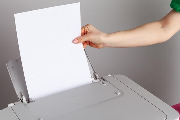 프린터 기계를 사용하는 여자의 클로즈업