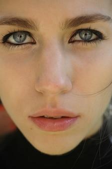 파란 눈을 가진 여자의 근접 촬영