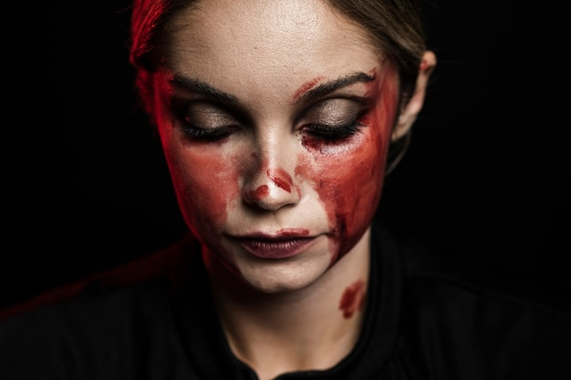 偽の血化粧を持つ女性のクローズアップ