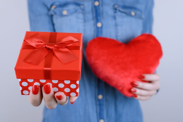 Giftbox와 절연 손에 마음을 가진 여자의 클로즈업