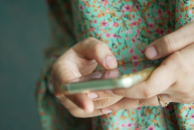 스마트 폰을 들고 여자 손 클로즈업